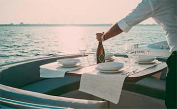 cena romántica en barco